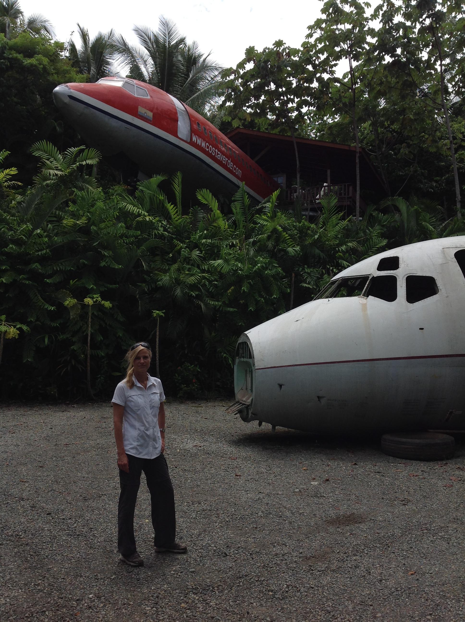 Filme - Ina Knobloch vor Flugzeugbaumhaus, Foto Andreas Kroemer
